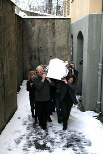 Steg 4: Mumien får seg en gravferdsprosesjon nummer to, opp den snøfylte bakken bak museet.