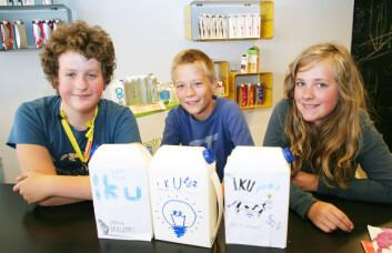 Hallvard Vonen (fra venstre) Jostein Løwer og Guro Olsen er tre ungdomsskoleelever som liker naturfag, og som holder døren åpen for realfagsstudier når den tid kommer. På kurset i regi av sommerskolen og Forskerfabrikken har de blant annet jobbet med å lage en ny kartong - som skal fylles med IKU-melk. (Foto: Andreas R. Graven)