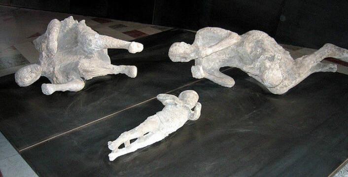 Kanskje kan det vere ei trøyst i å vite at døden kom raskt til offera i oldtidsbyen Pompeii. Biletet viser gipsavstøyingar ved Nasjonalt museum for arkeologi i Napoli, Italia. (Foto: get directly down (Flickr))