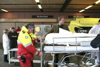 Stipendiat Pål Steiner får lagt mumiene på bårer, og får dem sjekket inn via akuttmottaket.