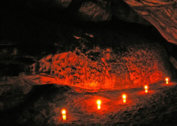 """""""Verdens eldste rituelle handlinger er dobbelt så gamle som tidligere antatt. For mer enn 70 000 år siden ble det ofret spydspisser til ære for pytonslangen i en grotte i Botswana i Afrika. Her et nattfotografi fra stedet. Foto: Sheila Coulson."""""""