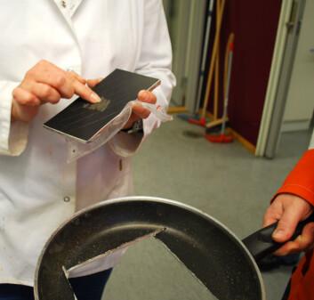 Ved å skrape en bit av teflonen og lagene i steikepanna kan man finne ut hvilke mulige giftstoffer som befinner seg i den. (Foto: Helge M. Markusson)