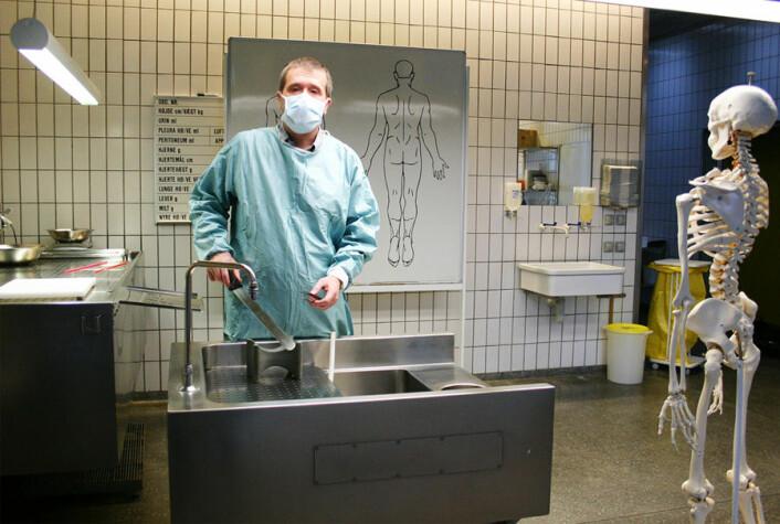 Rettspatolog Steen Holger Hansen viser fram obduksjonslokalene på Retsmedicinsk Institut, Københavns Universitet. (Foto: Sybille Hildebrandt)
