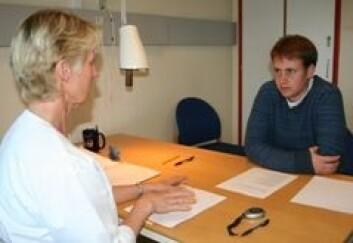 Vegard (28) er tidligere kreftpasient og deltar i et forskningsprosjekt. Her testes hukommelse og konsentrasjon. (Foto: Elin Fugelsnes)