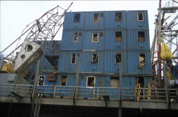 Mange av arbeiderne var fremdeles igjen inne i selve plattformen da den kantret. Bildet viser boligdelen etter snuoperasjonen. (Foto: Sven Tønnesen/Norsk Oljemuseum)