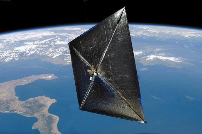 En satelitt utstyrt med seil kan gi ny kunnskap for framtidige seilaser mellom stjernene, drevet av solstråler. (Illustrasjon: NASA)