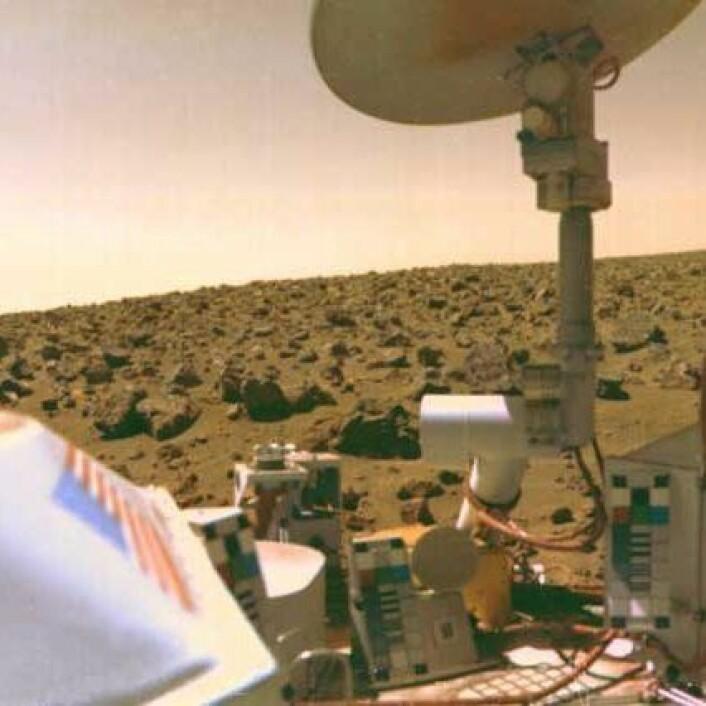 """Viking 2tok dette bildet da den landet på den røde marsoverflaten 3.september 1976, over 740 mil unna sin tvillingrobot, Viking 1, som hadde landet 20.juli samme år. (Foto: NASA)"""