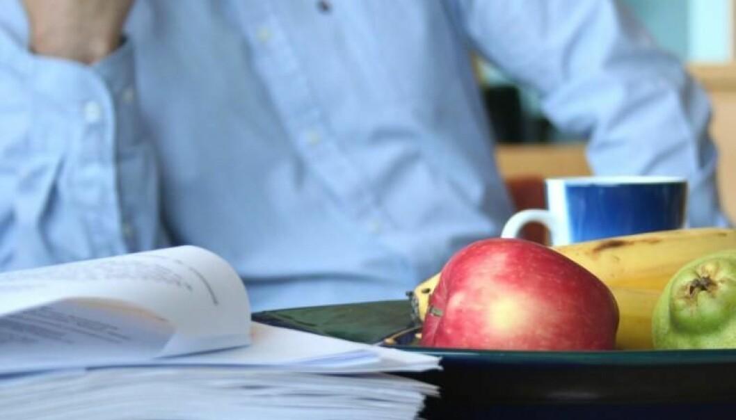 En haug med dokumentasjon på bordet hos arbeidsgruppa som utarbeider de nasjonale kostholdsanbefalingene. (Foto: Marianne Nordahl)