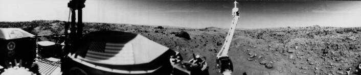 """""""Vi kan se sanddyner og store steiner på dette bildet, som ble tatt av Viking 1, tre dager etter landingen 20.juli 1976. Horisonten er omtrent 3 kilometer unna kameraet. (Foto: NASA)"""""""