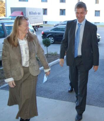 Erik Solheim blir tatt imot av NILUs styreleder Suzanne Lacasse. (Foto: NILU)
