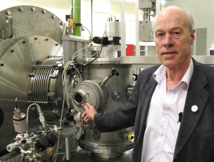 Arne Skjeltorp i atomreaktoren til Institutt for energiteknikk på Kjeller. Reaktoren blir blant annet brukt til å analysere nanomaterialer. (Foto: Arnfinn Christensen)