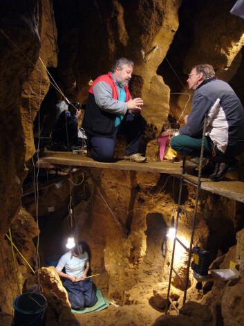 Svante Pääbo og Marco de la Rasilla i grotten El Sidron cave i Asturias i Spania, der skjeletter etter neandertalere graves ut. (Foto: El Sidron Research Team)