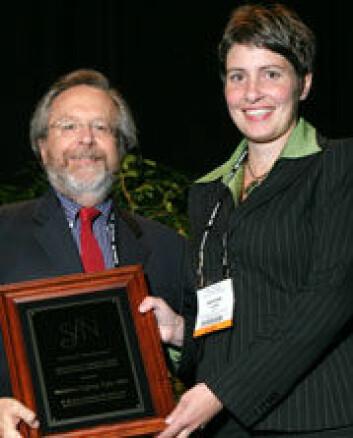 """""""Marianne Fyhn fikk Donald Lindsley-prisen for ypperste doktoravhandling levert i 2005. Her sammen med juryleder dr. Thomas Carew, University of California. Foto: Society for Neuroscience."""""""