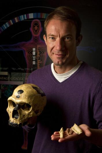 Richard E. Green fra University of California, Santa Cruz, har koordinert Neanderthal Genome Project siden 2005. Her holder han en kopi av en av knoklene som forskerne hentet neandertal-DNA fra. (Foto: Jim MacKenzie/UCSC)
