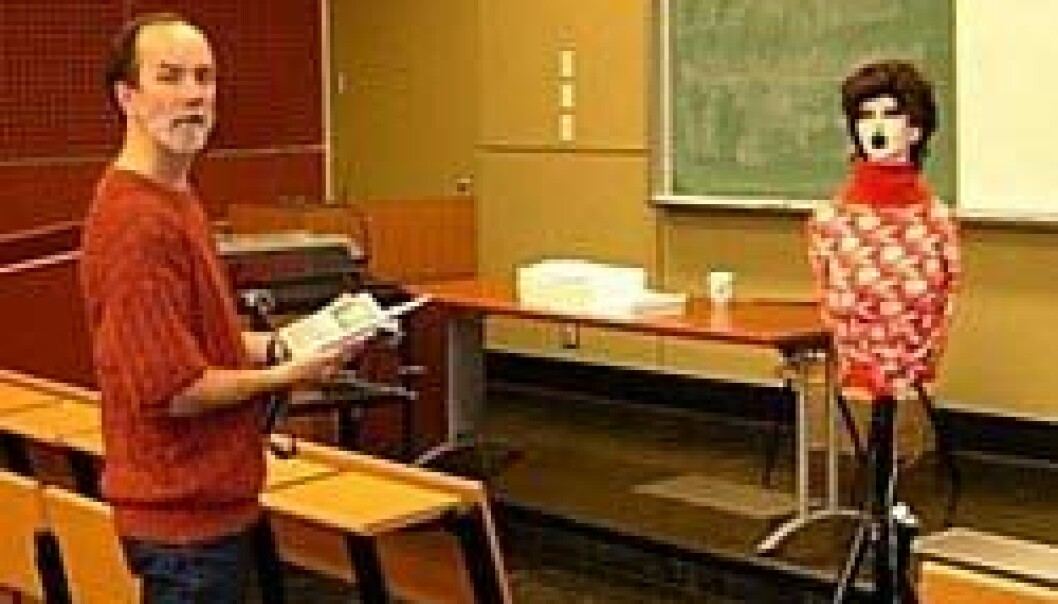 """""""Professor Murray Hodgson måler lyden fra en snakkende lærerdukke."""""""