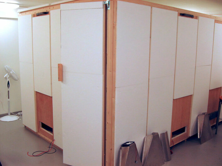 Inne i klimahuset er dette huset bygget for blant annet å prøve ut de termoelektriske varmepumpene. De settes inn i hullene nederst i veggene. (Foto: Jan Kåre Bording, Universitetet i Stavanger)