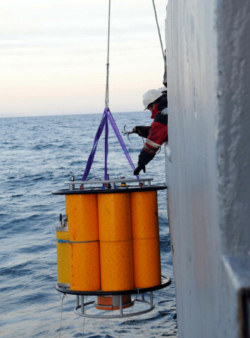 Observasjonsplattform senkes i vannet fra forskningsskipet Geo Pacific