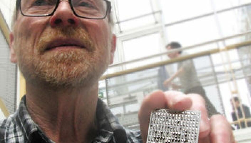 Johan Taftø med et kommersielt termoelektrisk element (Foto: Arnfinn Christensen, forskning.no)