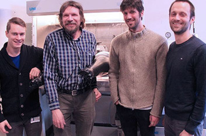 Fra venstre: Daði Sveinbjörnsson, Poul Norby, Søren Højgaard Jensen og Tejs Vegge ved 'hanskeboksen', der de kan framstille litiumbatterier uten at luft kommer i kontakt og reagerer med litiummetallet. (Foto: Danmarks tekniske universitet, Risø DTU)