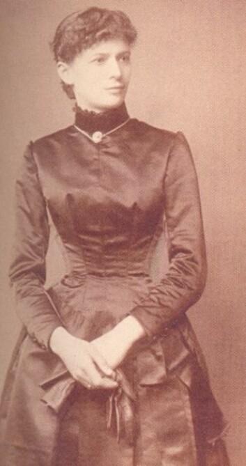 Ambrosia Tønnesen i 1885. Framleis med langt hår, men midja er retusjert - kanskje reagerte fotografen på eit for dårleg stramma korsett?