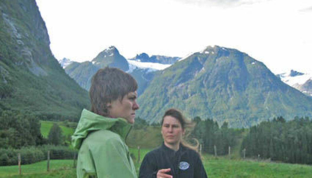 """""""Forsker Kari Sletten (t.h.) og geolog Anja Midttun har startet arbeidet i Stryn. Tre andre områder i Norge skal også studeres"""""""