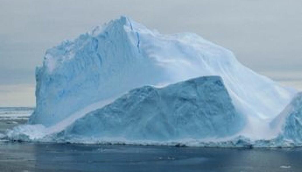 Som eit isfjell der berre ti prosent av isen stikk opp av havet, kan kan isbremmen gå tusen meter ned i djupet. (Foto frå forskarteamet)
