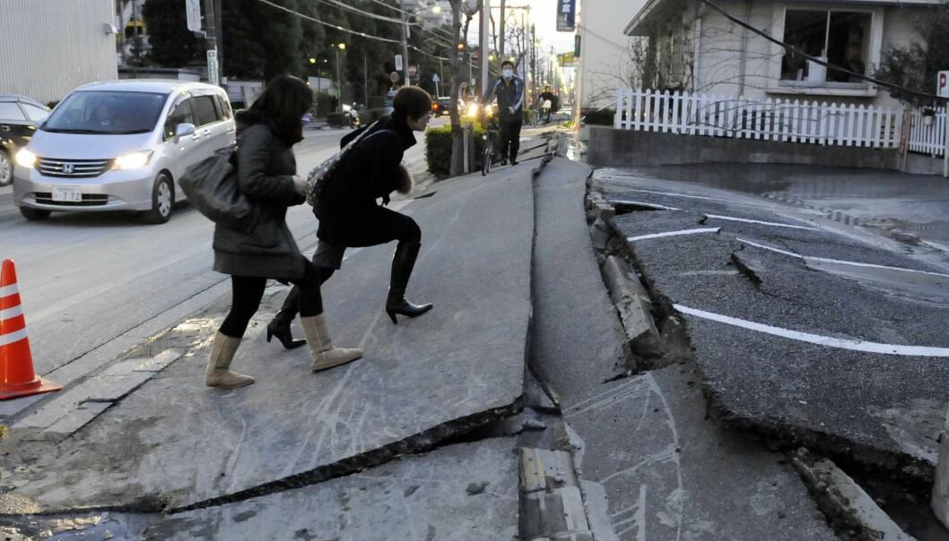 """""""Fortauet i byen Urayasu er totalt ødelagt etter fredagens jordskjelv, men når det kommer til sikring av bygg og infrastruktur er det få som kan konkurrere med japanerne. (Foto: Toshifumi Kitamura/Scanpix)"""""""