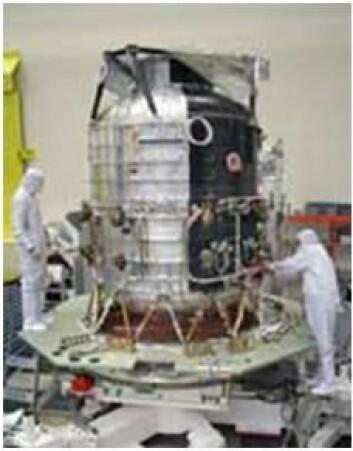 Herschels kjølekammer inneholder 2370 liter med flytende helium som skal hjelpe til med nedkjølingen av satellitten. I bane vil den sorte siden rikke motta sollys og fungere som en radiator. Den blanke siden rettes mot sola og reflektere varme. (Foto. ESA)