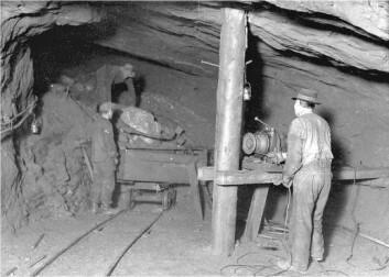 Gruvearbeidere fra Sulitjelma. Mannen innerst med ryggen til er Richard. (Foto fra Evjen 2004: Fauske kommunes historie 1905-2005. Brukt med tillatelse).