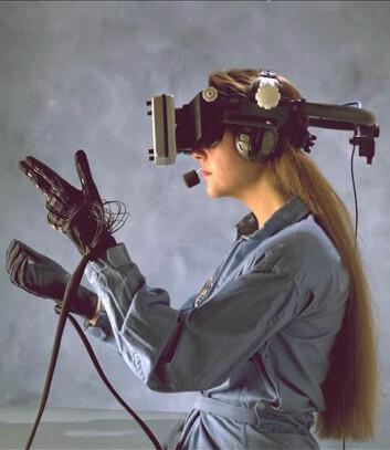"""""""Deltakerne i studien knuste sigaretter i en virtuell verden med hjelm og hansker tilsvarende denne drakten fra NASA. (Foto: NASA)"""""""
