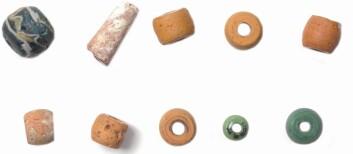Funn av perler i graven fra jernalderen gjorde at arkeologene trodde de hadde med en kvinnegrav å gjøre. (Foto: Terje Tveit, Arkeologisk museum)