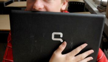 Elevene liker å jobbe med bærbare datamaskiner på skolen. Eirik gir til og med PC`en sin en kos. (Foto: Sidsel Jørgensen, Fotohuset)