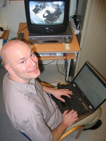 Morten Thyregod Paulsen tolker filmen fra observasjonsstudiet.