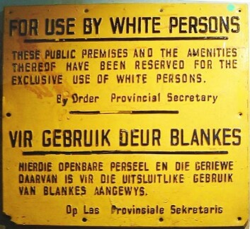Skilt fraapartheidregimet. Det har følgende tekst: For use by white persons. These public premises and the amenities thereof have been reserved for the exclusive use of white persons. (Foto: Wikimedia Commons)