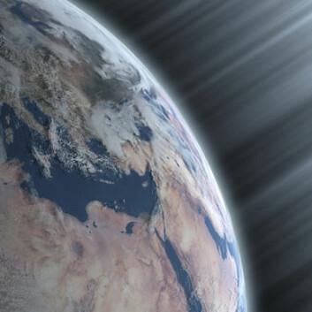 Kosmisk stråling treffer jorda hele tiden, men i ulike mengder avhengig av hvor godt solas magnetfelt beskytter oss. (Illustrasjon: Danish National Space Center)