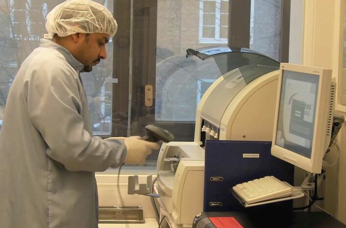 """Faisal Suhel fra Veterinærinstituttet gjør klar for genanalyse i en nukleinsyre-ekstraktor. Intet skal være uprøvet for å fravriste """"Eventyrhøna"""" dens dobbelte hemmelighet. (Bilde fra videoen)"""