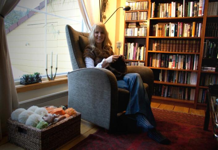 Merethe Frøylands store hobby er strikking, gjerne utført i godstolen. Hun er også ofte kledd i egne kreasjoner. (Foto: Ingrid Spilde)