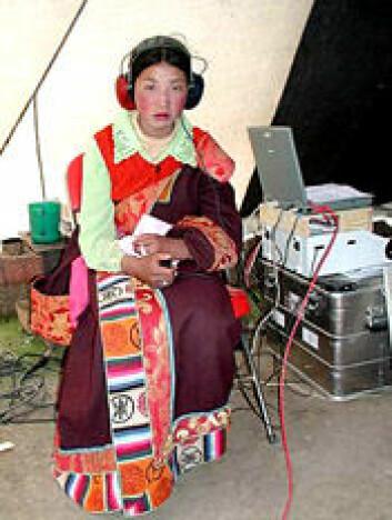 """""""Ei jente fra en nomade-familie får testet hørselen i Fleischers provisoriske forskningstelt."""""""