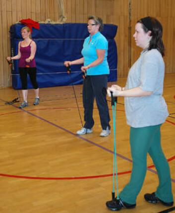 Linda Fortes og Anne Grethe Johannessen (frå v.) byggjer opp styrke med å trene med strikk. (Foto: Frøy Katrine Myrhol)