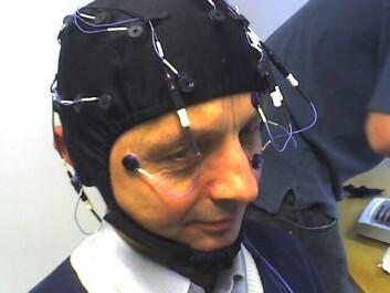 Med en slik EEG-hette målte hjerneaktiviteten hos en forsøkspersonene. (Foto: Øyvind Ellingsen, NTNU)