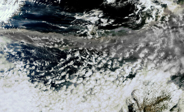 Dette bildet av vulkanskyen som sprer seg østover som et grått bånd ble tatt av den europeiske miljøovervåkningssatellitten Envisat 15. april 2010. (Foto: ESA)