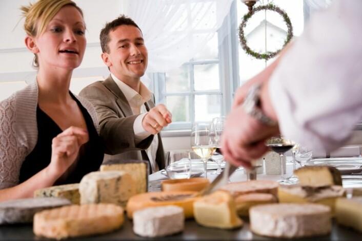 """""""Du og din nye kjæreste er på ostesmaking, og glefser i dere. Er dette begynnelsen på en oppadgående vektkurve? (Illustrasjonsfoto: www.colorbox.no)"""""""