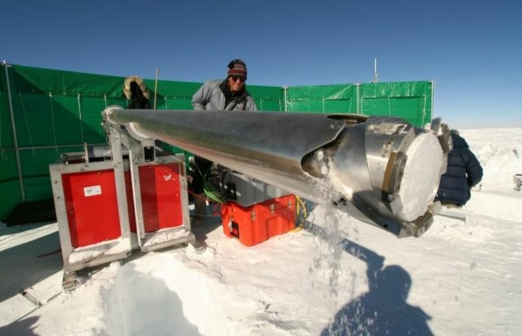 Iskjernene har gitt unik informasjon om is og snø i området hele 350 år tilbake i tid, og utgjør en viktig kunnskap om massebalansen til den antarktiske innlandsisen. (Foto: Stein Tronstad / Norsk Polarinstitutt)
