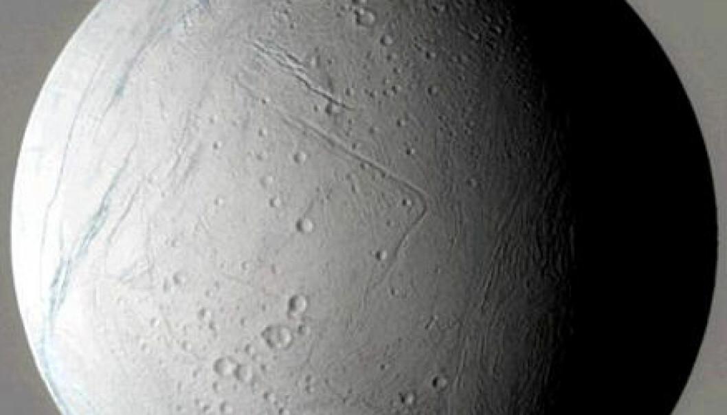 """""""Den 9. mars 2005 suste romsonden Cassini tett forbi Saturns måne Enceladus. Kameraene om bord knipset unike bilder av klodens snødekte overflate. De eldste delene av månen er pepret med krater, mens de yngre områdene har digre tektoniske rygger og kløfter. Små variasjoner i fargenyansene kan tyde på at iskornene som dekker Enceladus har forskjellig størrelse i de ulike geografiske områdene."""""""