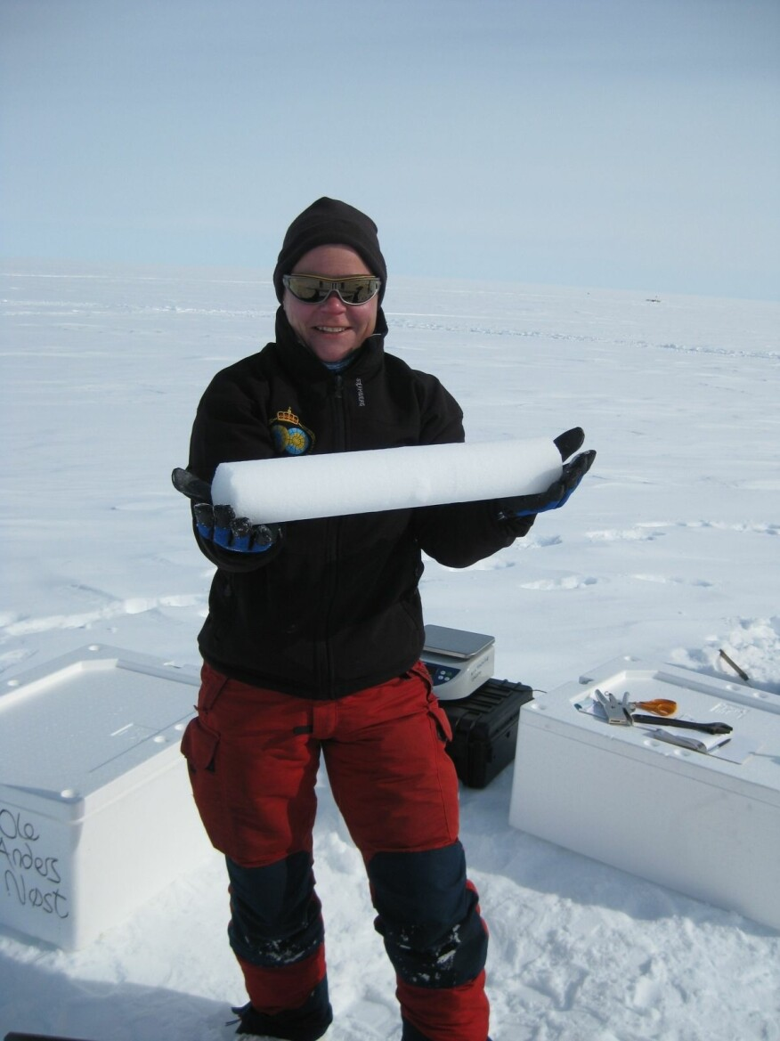 Forsker Helgard Anschütz med iskjerne fra Antarktis. (Foto: Elisabeth Isaksson / Norsk Polarinstitutt)