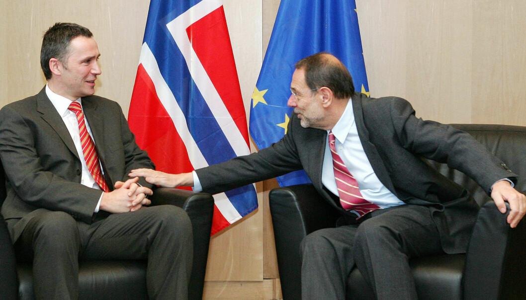 Heller ikke statsminister Jens Stoltenberg har vært noen pådriver for å få fart på EU-debatten i Norge. De rødgrønnes erklæring fastslår at vi ikke skal søke om medlemsskap. Her ønskes Stoltenberg velkommen til et møte i EU i 2006 av Javier Solana, EUs utenrikspolitiske koordinator fram til desember 2009. (Foto: Reuters/Yves Herman)