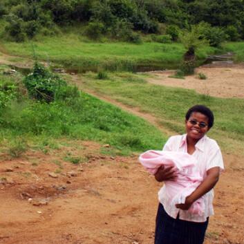 Mastergradsstudent Emma Bello ved elven der landsbybeboerne hentet vann i regntiden. (Foto: Teresa Grøtan)