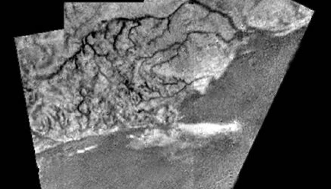 """""""Her ser du en bildemosaikk av tre fotografier med en masse detaljer. Du ser en åsrygg som er rundt 100 meter høy, elveleier som samler seg i noe som ligner et elvedelta, og et mørkere, flatere og lavere område. (Foto: ESA/NASA/JPL/University of Arizona)"""""""