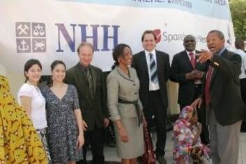 NHH-professorene Kjetil Bjorvatn (t.v.) og Bertil Tungodden var til stede under avgangsseremonien i Dar es Salaam. (Foto: Sigrid Folkestad)