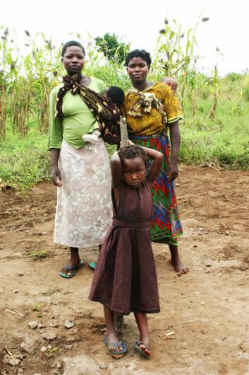 Maria Nankhoma John, Angela Nachisale Membe og niesen Maria Nyimbiri har kommet for å hente vann ved den nye UNICEF-finansierte brønnen. (Foto: Teresa Grøtan)
